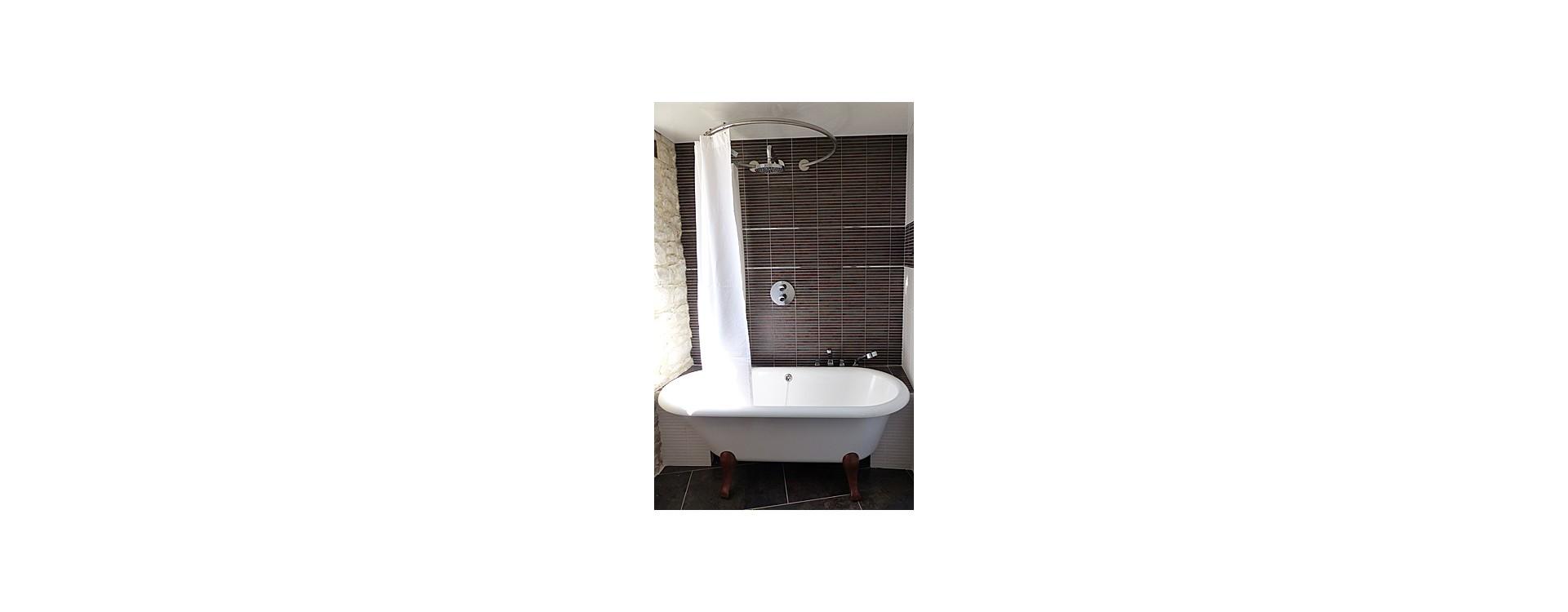Barre rideau de douche circulaire GalboBain et baignoire Hommage Villeroy & Boch