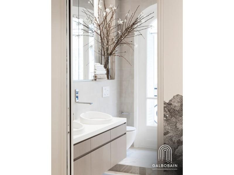 Douche devant fenêtre et rideau en lin GalboBain By Libeco
