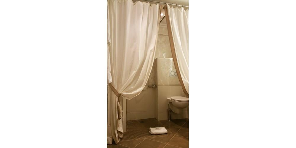 GalboBain équipe les douches PMR de l'hôtel Regina à Paris