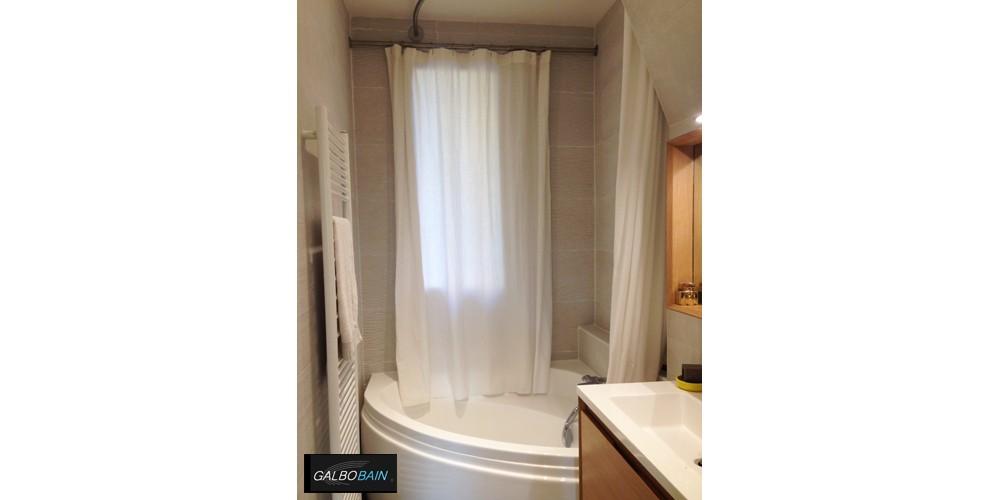 Double dispositif barre de rideau de douche GalboBain pour baignoire devant une fenêtre