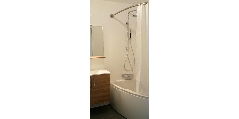 Barre de rideau de douche GalboBain pour baignoire asymétrique Micromega de Jacob Delafon