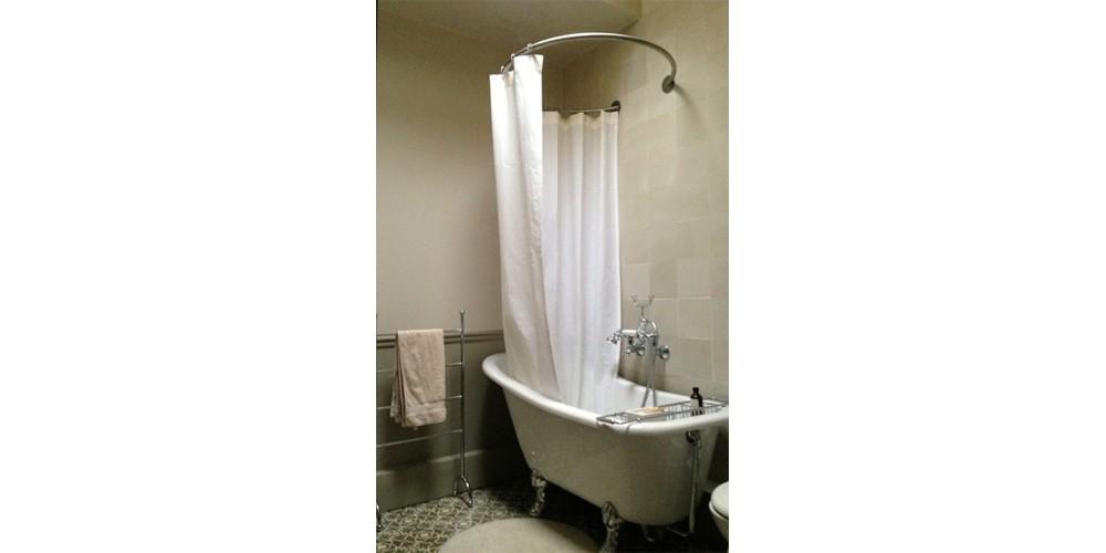 Tringle à rideau de douche circulaire GalboBain & baignoire pieds de lion dans une salle de bain retro