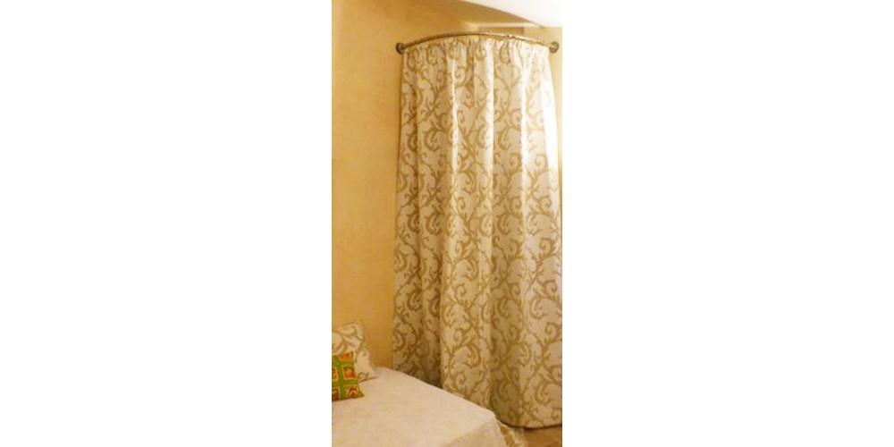 Solution barre d'angle GalboBain et rideau pour cacher un chauffe-eau