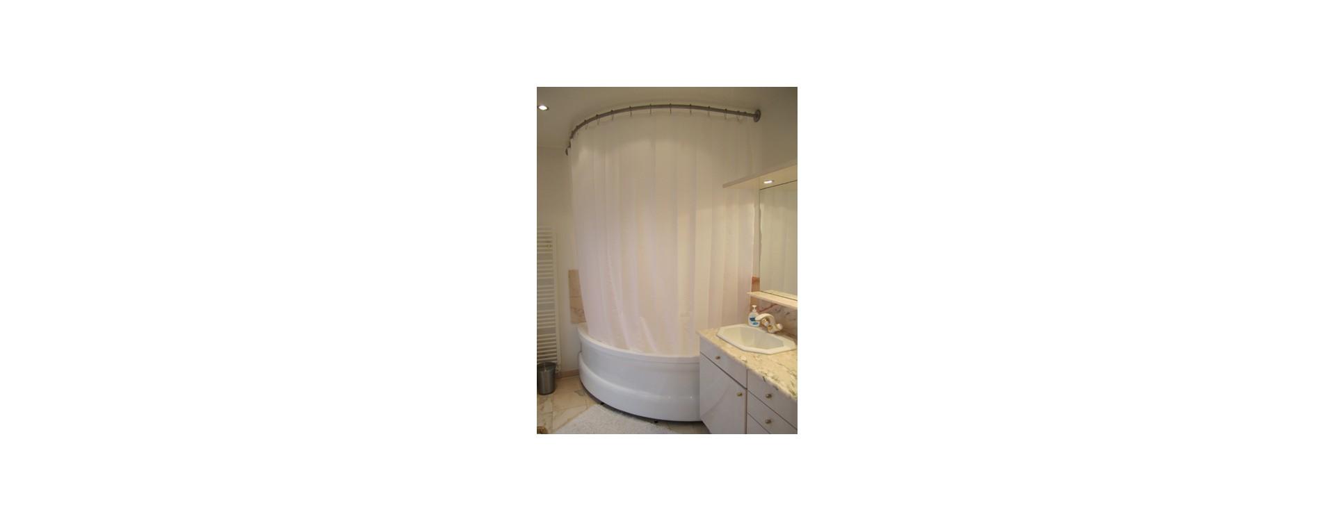 Paroi de douche pour baignoire d'angle d'une salle de bain en bord de mer