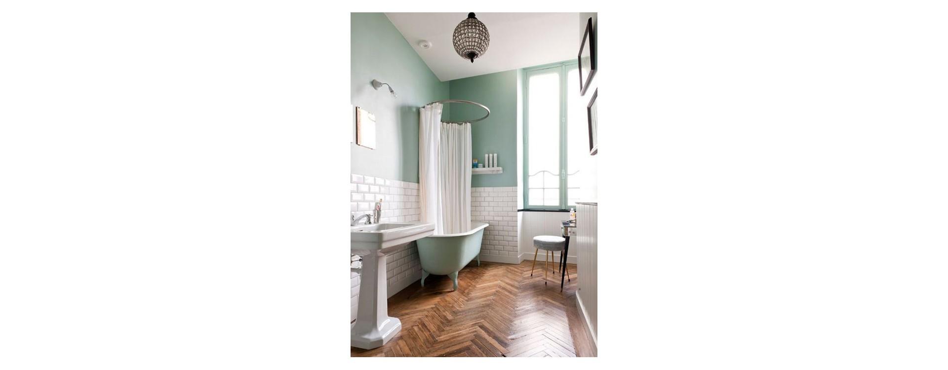 Rideau de douche et baignoire sur pieds contre un mur: la solution circulaire GalboBain