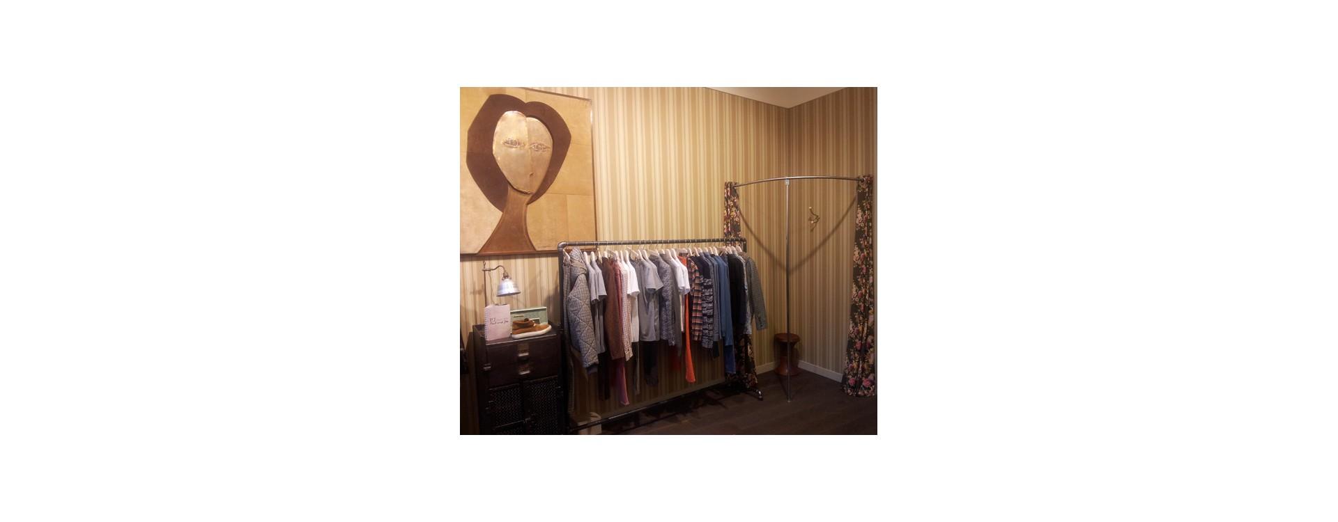 salle d essayage Elle change de vêtements et met directement un habit du magasin pour le sucer dans la cabine d'essayage avant de se laisser baiser devant le miroir.