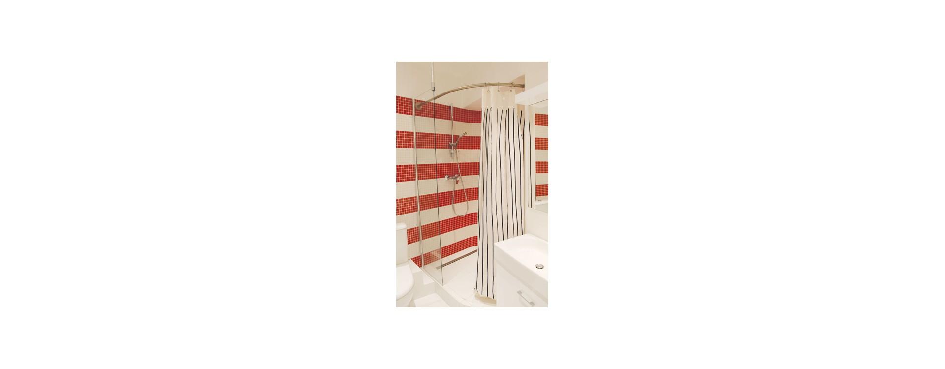 Solution barre de rideau de douche sur-mesure GalboBain: des courbes adaptées à toutes les configurations de salles de bain