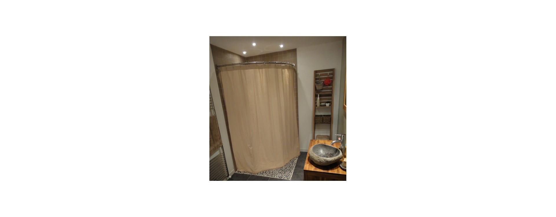 Paroi de douche à l'italienne d'angle XXL avec un rideau de douche en lin sable