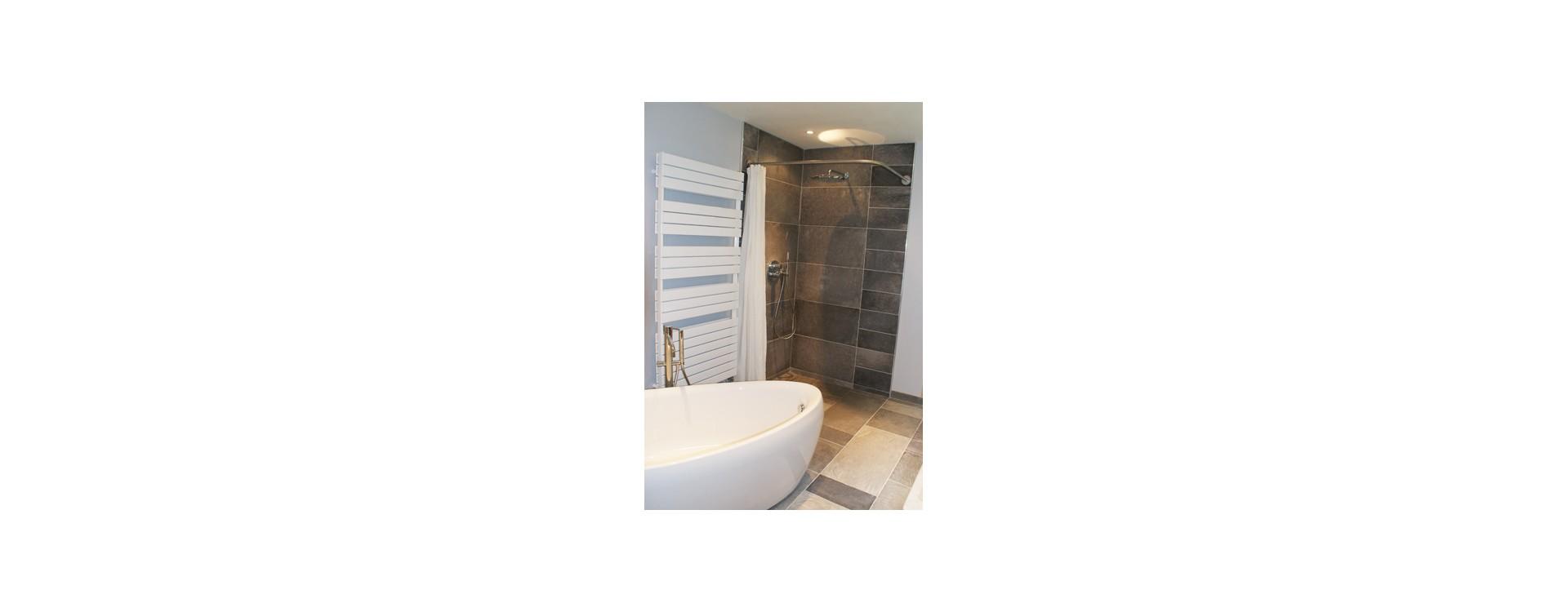 Douche italienne et rideau de douche avec baignoire îlot