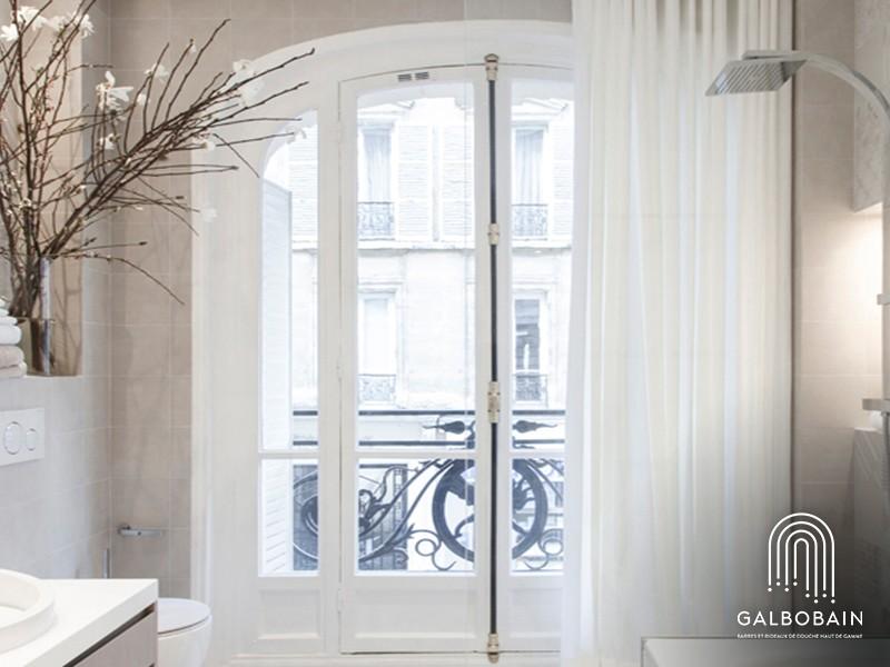 La douche devant une fenêtre habillée avec un rideau en lin enduit GalboBain By Libeco