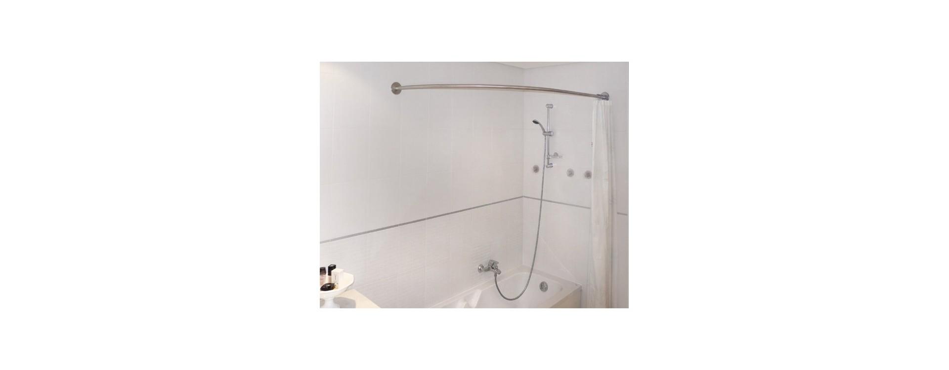 La tringle asymétrique GalboBain pour rideau de douche équipe aussi la baignoire droite classique