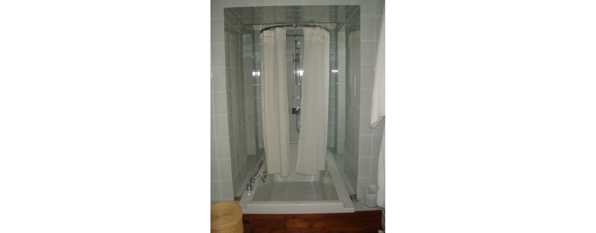 paroi de douche textile asym trique pour une douc. Black Bedroom Furniture Sets. Home Design Ideas