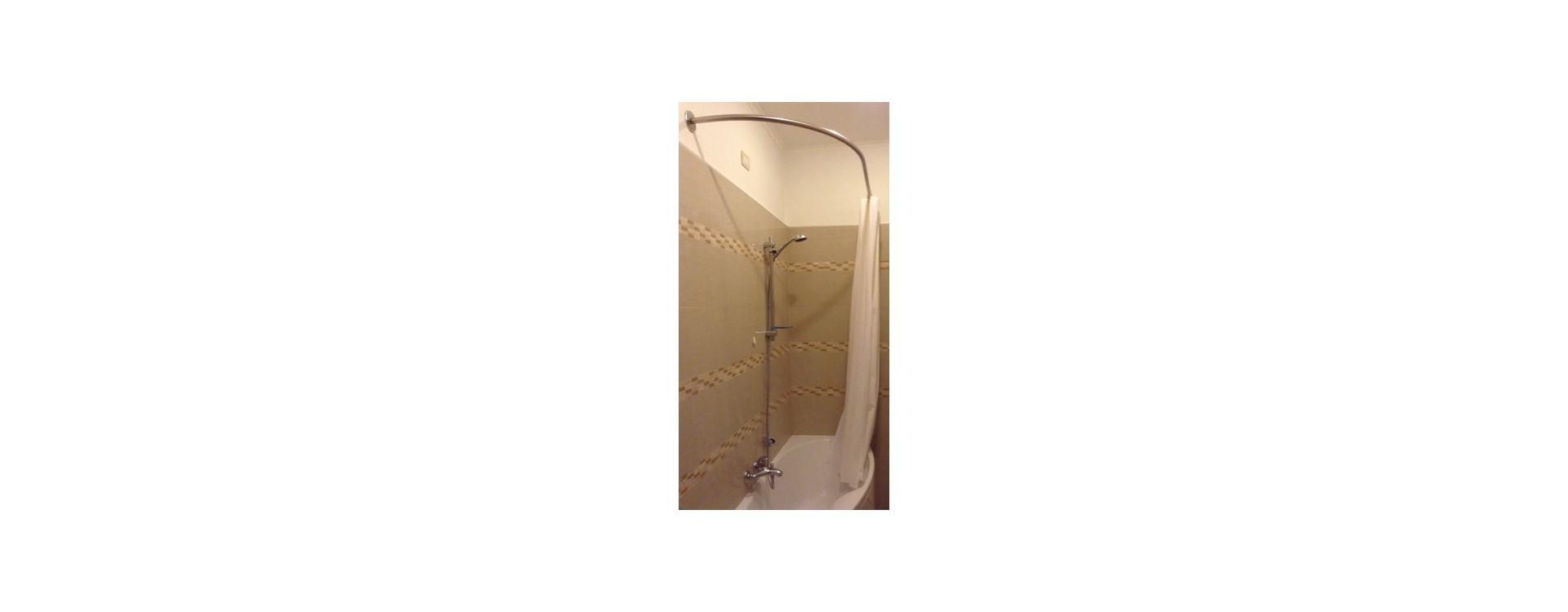Paroi de douche pour baignoire asymétrique: la solution tringle rideau de douche GalboBain sur-mesure