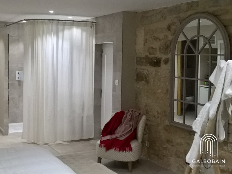 Solution tringle d'angle et rideau GalboBain XXL en lin pour intimiser une salle de bain ouverte sur une chambre