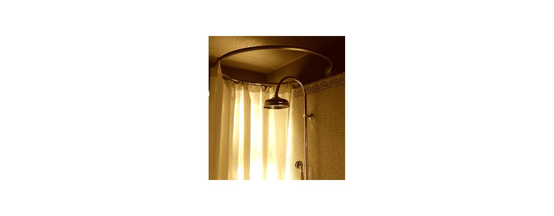 La tringle à rideau de douche circulaire design de GalboBain s'associe au style rétro d'une magnifique salle de bain